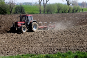 tractor working the farmland soil agriculture farmers t20 AVoVP0